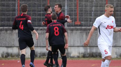 Torjubel bei den Spielern des FC Augsburg II nach der 1:0-Führung durch Nicola Della Schiava (Dritter v. l.) gegen den Regionalliga-Spitzenreiter Türkgücü München.
