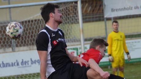 Umkämpft: Matthias Rutkowski (hinten) und der FC Ehekirchen spielten 2:2 gegen TuS Geretsried.