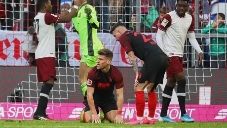 Während David Alaba Torhüter Manuel Neuer zu seiner Rettungstat beglückwünscht, ist Florian Niederlechner (Mitte) nach seiner vergebenen Ausgleichschance der Verzweiflung nahe.