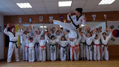 Einen klasse Sprung zeigte der koreanische Großmeister vor den Kissinger Taekwondo-Sportlern.