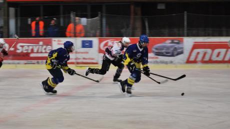 Meist den berühmten Schritt schneller waren die Spieler des ESV Türkheim (blaue Trikots) im Derby gegen den EV Bad Wörishofen (weiße Trikots).