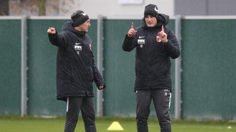 Heiko Herrlich (rechts, Co-Trainer Tobias Zellner links) gibt die Richtung vor. Unter ihm soll es beim FC Augsburg aufwärtsgehen.