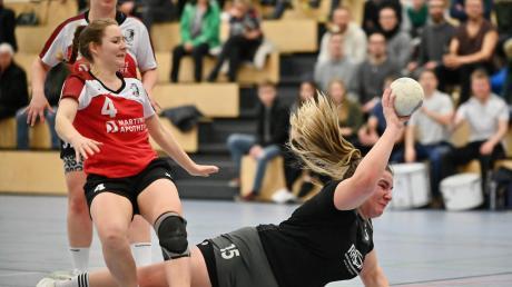 Fünf Treffer erzielte Elisabeth Kuchenbaur (schwarzes Trikot). Trotzdem erlebte der TSV Meitingen im Bezirksoberliga-Derby gegen den TSV Wertingen eine Bauchlandung und verlor mit 22:30.