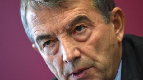 Der ehemalige DFB-Präsident Wolfgang Niersbach ist wegen eines Coronavirus-Verdachtsfalls in seinem Umfeld in Quarantäne.