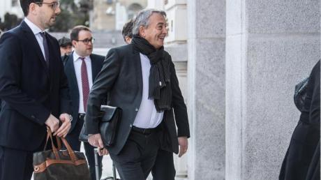 Wolfgang Niersbach (r) und seine Anwälte treffen am Bundesstrafgericht in Bellinzona ein.