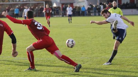 Jonas Ruisinger (hier beim Abschluss gegen Wertingen) und die Fußballer des TSV Hollenbach liegen vor dem Start in die Frühjahrsrunde am Wochenende in Lauerstellung. Wir nehmen die Adrianowytsch-Truppe unter die Lupe.