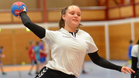 Charlotte Ruh in Aktion – sie ist eine der besten Werferinnen der weiblichen C-Jugend der JSG Friedberg-Kissing. In dieser Saison hat sie bislang schon bemerkenswerte 76 Treffer auf ihrem Konto stehen.