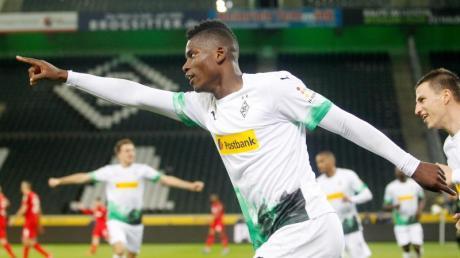 Breel Embolo (M) legte mit seinem Tor zum 1:0 den Grundstein zum Gladbacher Sieg im Geisterderby gegen Köln.