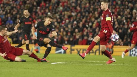Atléticos Marcos Llorente (3.v.l) spielt seine Mannschaft gegen Liverpool in das Viertelfinale der Champions League. Jetzt erfolgt die Auslosung für das Viertel- und Halbfinale live in TV und Stream.