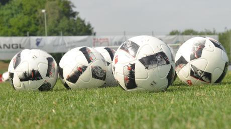 Rollt der Ball weiter? Am Freitagvormittag will der Bayerische Fußballverband entscheiden, wie es weiter geht.