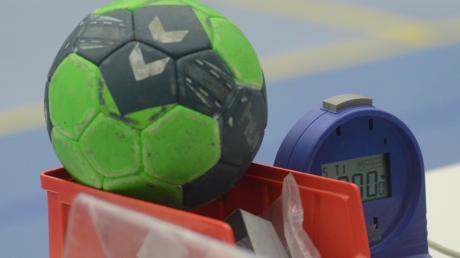 Utensilien wie Ball, Kiste oder Uhr werden im Handball für die nächsten Wochen nicht mehr gebraucht, der Spielbetrieb ruht.