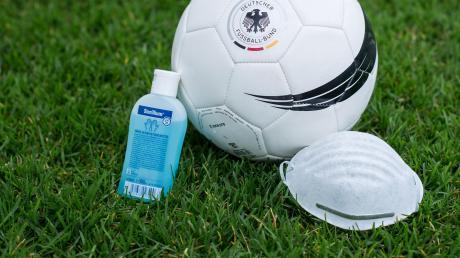 Fußballspielen mit Schutzmaske und desinfiziertem Spielgerät kommt nicht infrage. Die Fußball-Amateurligen pausieren mindestens für zwei Wochen. Andere Verbände haben ihren Spielbetrieb bereits vorzeitig beendet.