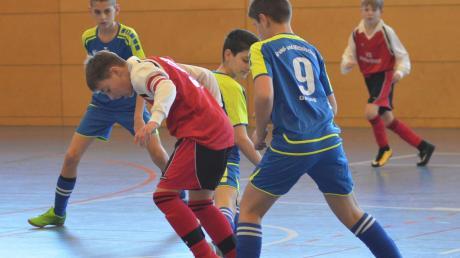 Die Hollenbacher Fußballer (rote Trikots) sicherten sich den Sieg beim Landkreis-Turnier der Mittelschulen.
