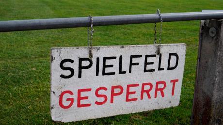 Die Sportstätten sind überall gesperrt. Trotzdem darf der FC Augsburg sein Training wieder aufnehmen.