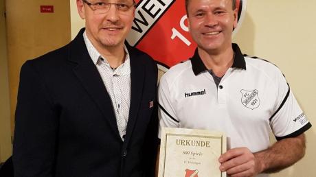 Vorsitzender Johann Tesar (links) ehrte seinen Vorgänger Norbert Sommer für 600 Spiele im Trikot des FC Weisingen.