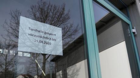Wer derzeit in der Sebastian-Kneipp-Halle in Dillingen Sport betreiben möchte, der hat Pech gehabt. Ein Schild weist darauf hin, dass die Turnhalle voraussichtlich bei 19. April geschlossen bleibt.