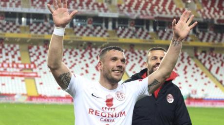 Freut sich über den Heimsieg von Antalyaspor vor leeren Rängen: Lukas Podolski.
