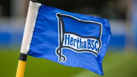 Ein Spieler von Hertha BSC wurde positiv auf das Coronavirus getestet, die Mannschaft begab sich in Quarantäne.