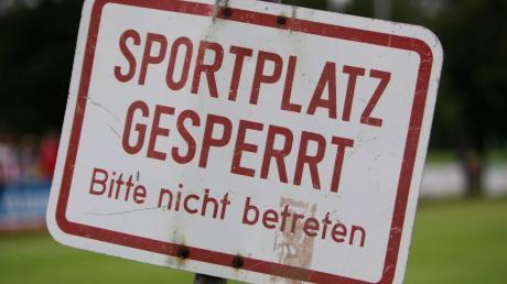 In ganz Bayern sind Sport- und Spielplätze wegen der Corona-Pandemie vorerst gesperrt. Wie es in den kommenden Wochen etwa für die Ligen des Bayerischen Fußballverbandes (BFV) weitergehen soll, ist offen.