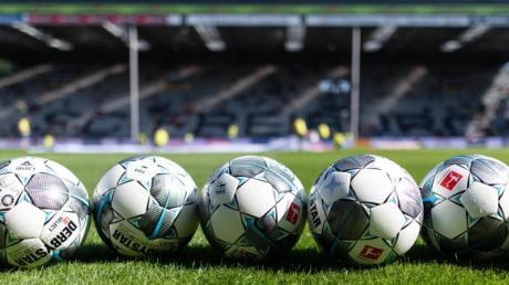 Die Coronavirus-Pandemie bedroht auch das globale Fußball-Business.