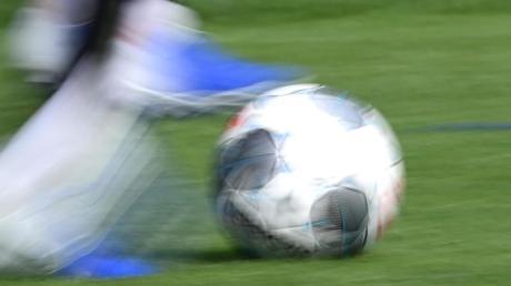 Trotz Ausgangsbeschränkung haben sich in Illertissen drei Jugendlichen zum Fußballspielen verabredet.