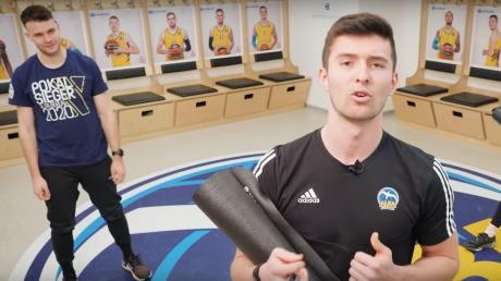 Leo Aris, Jugendtrainer von Alba Berlin, zeigt Oberstufenschülern im Youtube-Kanal des Klubs, wie sie sich in den eigenen vier Wänden fit halten können.
