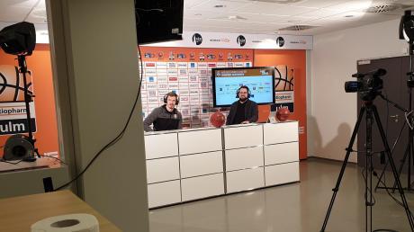 Ulms Basketballer Andreas Obst (links) kommentiert zusammen mit dem Moderator Florian von Stackelberg in der Ratiopharm-Arena ein E-Sports-Spiel vom Team Orange Gaming (TOG).