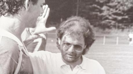Walter Kubanczyk (rechts), der ehemalige Trainer des FC Gundelfingen, ist gestorben. Das Bild zeigt das Abklatschen mit Anton Schnelle nach dem 4:0-Sieg bei der damaligen SpVgg Starnberg.