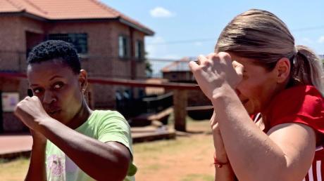 Profi-Boxerin Nikki Adler hofft, möglichst vielen Frauen und Kindern in Elandsdoorn ein selbstbestimmteres zu ermöglichen.