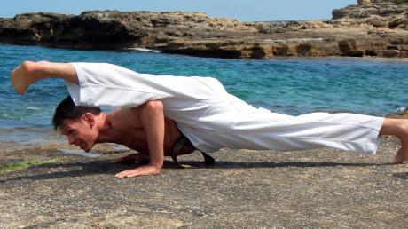 Der Skorpion-Kick, den Helmut Eberle hier zeigt, ist nur was für die ganz weit fortgeschrittenen Taekwondo-Sportler. In seinen Trainingsvideos hat der Großmeister (8. Dan) auch einfachere Übungen parat.
