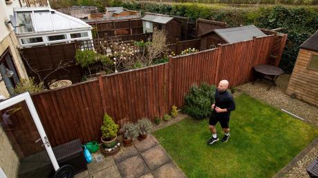 Früher war James Campbell bekannt für seine Arme, jetzt für seine Beine: Der frühere Speerwerfer aus England lief am Mittwoch in seinem Garten einen Marathon – auf einer nur sechs Meter langen Strecke. Damit sammelte er Spenden für den britischen Gesundheitsdienst.