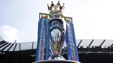 Die Trophäe der englischen Fußball Premier League:Derzeit steht auch auf der Insel der Fußball still.