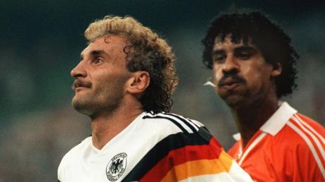 Eine Aktion mit gehörigem Ekelfaktor: Im WM-Achtelfinale 1990 spuckt Frank Rijkaard Stürmer Rudi Völler an.