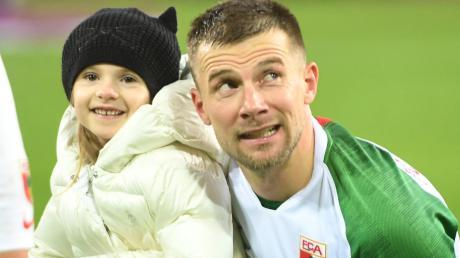 Weniger Fußball, mehr Familie. Augsburgs Kapitän Daniel Baier (links Tochter Zoë Elea) verbringt im Rahmen der Corona-Krise viel Zeit im Kreise seiner Liebsten.