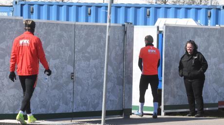 An den Gegebenheiten beim FC Augsburg ändert sich vorerst nichts. Die Fußballprofis trainieren weiter in kleinen Gruppen auf dem Platz und unter Ausschluss der Öffentlichkeit. Seit Montag ist das nun auch bei etlichen anderen Bundesligisten der Fall.