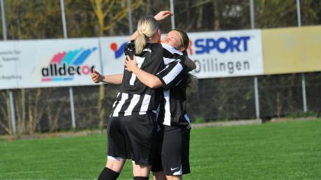 Jubelbild aus Landesliga-Zeiten: Donaualtheims Sabine Gartmann (links) beim Torjubel mit Marina Baur.