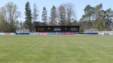 Leeres Grün im Frühjahrs-Sonnenlicht: Niemand vermag zu sagen, wann im Auwaldstadion in Günzburg wieder Fußball gespielt werden darf. Beim FC Günzburg rechnet man mit einem Saisonabbruch.