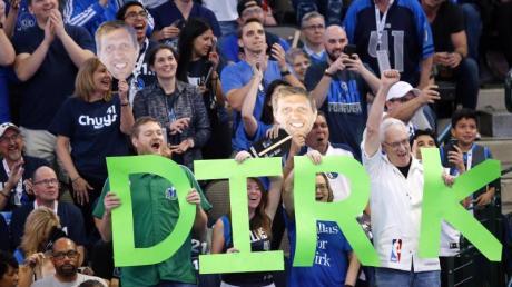Fans der Dallas Mavericks feiern Dirk Nowitzki bei seinem letzten Heimspiel 2019.