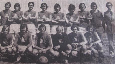 Punktgleich mit dem TSV Rain beendete in der Saison 1974/75 die Mannschaft des TSV Wertingen die Saison in der Bezirksliga Nord. Trotz der 0:5-Niederlage im Entscheidungsspiel in Donauwörth, war es für die Zusamtaler ein Höhepunkt im Vereinsgeschehen. Unser Bild zeigt das Erfolgsteam vor 45 Jahren.