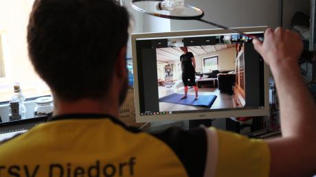 Badminton-Training im Homeoffice. Die Spielerinnen und Spieler des TSV Diedorf können sich am Laptop dabei sogar auf Tipps von Partnern aus Malaysia stützen.