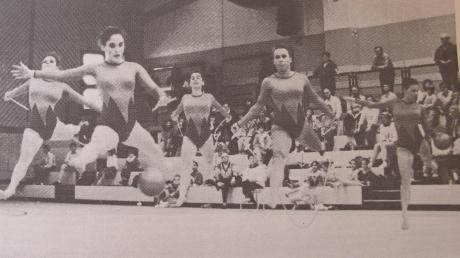 Rhythmische Sportgymnastik mit viel Anmut und Grazie zeigten die Teilnehmerinnen bei den Bayerischen Meisterschaften im April 1990 in der Nordschwabenhalle in Höchstädt. Gut lachen hatten im Bild rechts die beiden Höchstädter Nachwuchsschwimmer Jonas Sextl (links) und Simon Eder bei den schwäbischen Meisterschaften in Sonthofen. Sie gewannen jeweils zwei Titel.