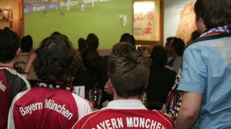 Die Bayern spielen gegen Real Madrid und eine Menschentraube fiebert vor der Leinwand mit – undenkbar in Zeiten der Corona-Krise.