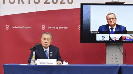 Yoshiro Mori (l), Präsident des OK der Tokio-Spiele 2020, nimmt an einer Videokonferenz mit IOC-Mitglied teil.