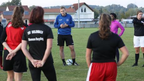 Gemeinsames Training fällt für Benedikt Huber und die Fußballerinnen des TSV Sielenbach in der Corona-Krise flach. Doch sie haben sich etwas einfallen lassen.