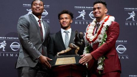 Die damaligen Heisman Trophy Finalisten: Dwayne Haskins (l-r) von Ohio State, Kyler Murray von Oklahoma, und Tua Tagovailoa von Alabama, stehen neben der Trophäe. Für viele Teams in der NFL sind die kommenden drei Tage die wichtigsten des ganzen Jahres.
