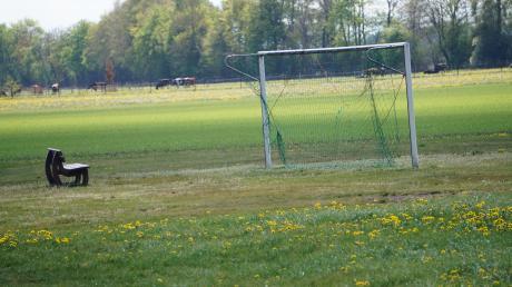 """Die Fußballplätze sind verwaist und auch die """"Haupttribüne"""" des Hobbyvereins Fußballfreunde Gennach bleibt leer."""