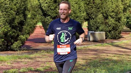 Weil der 43-jährige Musiker Tom Höpfner nicht in Hamburg starten konnte, lief er den Marathon einfach im heimischen Donauwörth.
