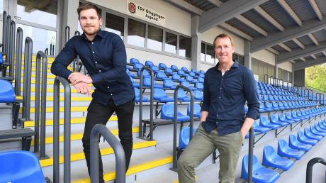 Patrick Augustin (l.) und Karl-Heinz Fischaleck von der Fußballabteilung des TSV Göggingen befürchten, dass die Sanierungsarbeiten im Karl-Mögele-Stadion auf sich warten lassen.