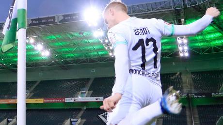 Das ist Geisterfußball: Oscar Wendt von Borussia Mönchengladbach tritt Mitte März im Spiel gegen den FC Köln vor leeren Rängen einen Eckball.
