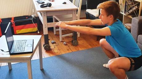 Der 15-jährige Fechter Nils Bosserhoff vom TSV Neu-Ulm beim Heimtraining mit dem Laptop. Der Bayerische Fechterverband hat für seine Sportler ein Trainingsprogramm auf der Videoplattform Zoom entwickelt.